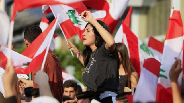 مجموعات من المحتجين يقتربون من مقر وزارة الداخلية فى بيروت تعبيرا عن غضبهم أثر انفجار ميناء مرفأ