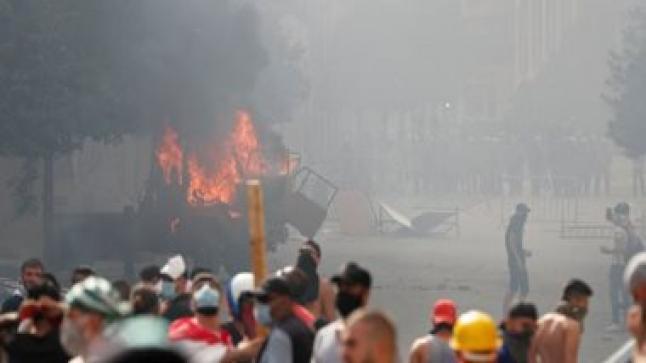 متظاهرون لبنان يطالبون بتنحي رئيس الجمهورية والبرلمان جراء انفجار مرفأ بيروت