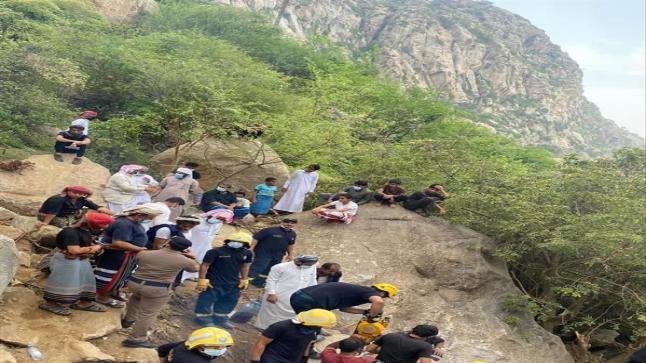 بالصور الدفاع المدني ينتشل جثامين الشباب الأربعة الذين فقدوا الخميس الماضي